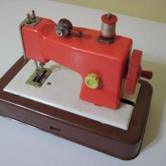 Jucarie veche romaneasca - ILENUTA, masina cusut & instructiuni (Metaloglobus)
