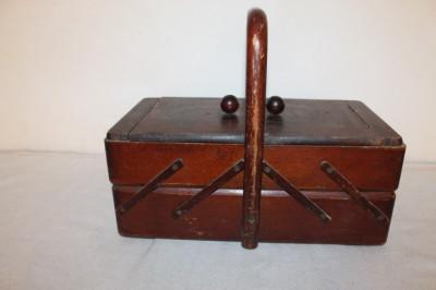 cutie veche din lemn foto