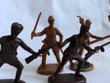 Lot 4 figurine plastic soldati: 2 maro deschis, 2 maro inchis, nemarcati, 5-6cm