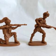 Lot 2 figurine plastic soldati maro, nemarcati, 5-6cm