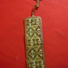 Semn de carte vechi lucrat de mana ,cu rama din piele usor uzata , L= 22cm