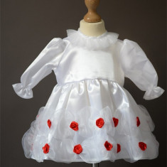 Rochita alba pentru botez cu trandafirasi rosii COD BZ11 - Trusou botez