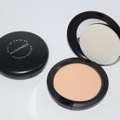 Pudra Mac Cosmetics de fata MAC Next to Nothing Powder Medium, Compacta