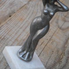 STATUETĂ MICĂ ȘI VECHE CONFECȚIONATĂ DIN BRONZ PE SOCLU DE MARMURĂ - FEMEIE NUD! - Metal/Fonta