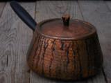 CRATIȚĂ / OALĂ VECHE CU MÂNER ȘI CAPAC - FĂCUTĂ DIN CUPRU - CAP. APROX. 1,5 LIT!, Vase