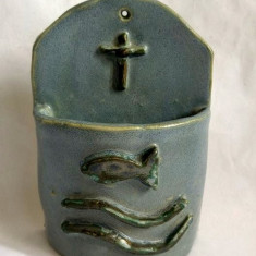 Suport ceramic, de perete, cu simboluri crestine, albastru-gri-deschis, 13x9x4cm