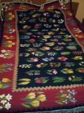 Covor oltenesc din lana cu motive florale tesut la razboi