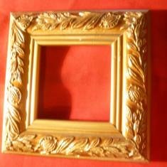 Rama mica din lemn cu ornamente aurite ,frunze si flori ,dim.interior=5x5,1 cm