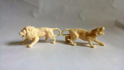 Lot 2 figurine marca Titze, plastic alb , cca 7cm, leu si jaguar, detalii fine foto