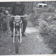 Bnk foto - Motocicleta Mobra 50 - anii `70 - Fotografie, Alb-Negru, Transporturi, Romania de la 1950
