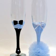 Paharele sunt din sticla, imbracate cu snur si pampon din tull. Model 3