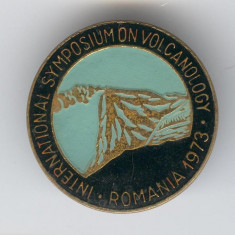 1973 Simpozion International VULCANOLOGI - Romania,  insigna Rara