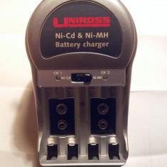 Incarcator acumulatori, baterii - de tip UK - Baterie Aparat foto