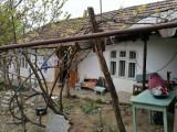 Vând casă batrânească cu teren în Huşi