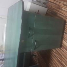 Masa birou din pal de culoare verde.
