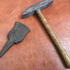 Scule / unelte vechi - ciocan si nicovala de batut / ascutit coasa sau secera ! - Metal/Fonta