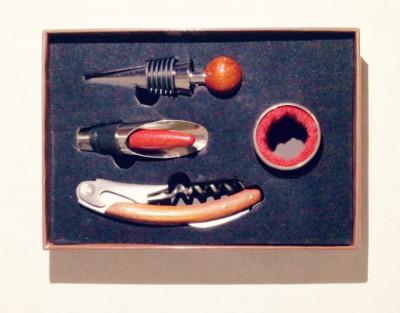 Set de 4 accesorii pentru vin . foto