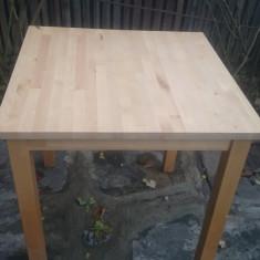 Masa din lemn.