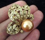Brosa dama-SUPERBA VINTAGE- placata cu Aur 18k ,perla si cristale-martisor