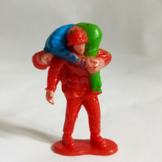 Figurina muncitori, unul ranit, carat in spate de celalalt, 4,5 cm, plastic
