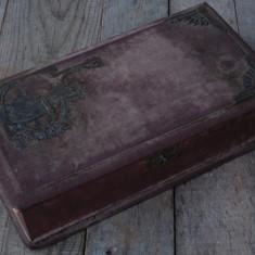 SUPERBĂ! CUTIE VECHE DE COCHETĂRIE TIP CUFĂR DIN CARTON PRESAT - F. VECHE 1900