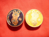2 Insigne Ursulet Miska -Mascota Olimpiadei 1980 Moscova , metal si email ,d=3cm