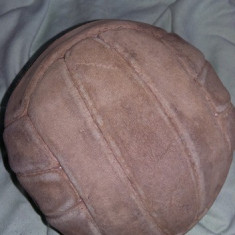 Minge handbal de  colectie,minge veche piele fasii originala,T.GRATUIT