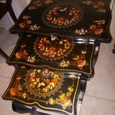 Un set superb de 3 masute antice pictate manual si in foita