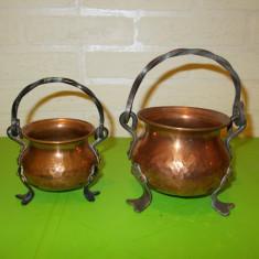 Doua mici JARDINIERE lucrate din CUPRU ciocanit, picioare si anse nituite - Metal/Fonta