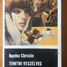TEMETNI VESZELYES - AGATHA CHRISTIE - CARTE IN LIMBA MAGHIARA - Carte in maghiara