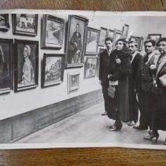 Regina Maria cu doamna de onoare Procopiu la expozitia pictorului Th. Baconsky, fotografie originala, - Harta Europei