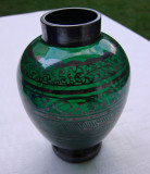 Vaza veche din sticla verde frumos argintata cu motive simetrice
