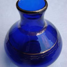 Frumoasa vaza din sticla veche albastra cu margini aurite - Arta din Sticla