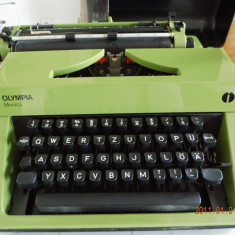 Masina de scris verde deosebita
