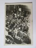 Rara!Mini foto 64 x 43 mm cortegiu funerar regele Ferdinand 1927,fundal farmacie, Alb-Negru, Monarhie, Romania 1900 - 1950