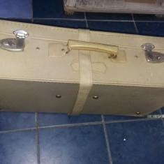 Geamantan mare vechi cu centura si cheile originale,valiza perioada Ceausista