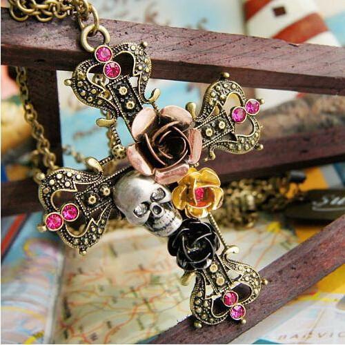Pandantiv  gothic cruce cu trandafiri si craniu crucifix