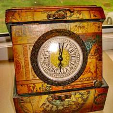 Caseta vintage geamantan bijuterii cu ceas quartz functional.