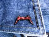 Insigna metalica de rever Metallica rosu (Rock, Heavy, Thrash, Speed, Death)