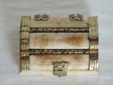 Cumpara ieftin Cutie bijuterii lemn sidefat, cu incastratii metalice, 10 x 8 cm