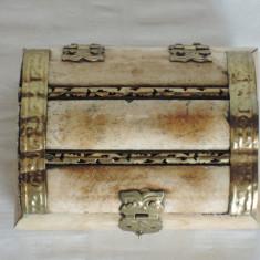 Cutie bijuterii lemn sidefat, cu incastratii metalice, 10 x 8 cm