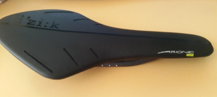 Sa Fizik Arione carbon 170grame piele si padding confortabila cursiera