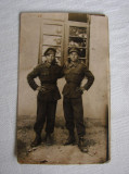 Fotografie veche reprezentand doi soldati din cel deal doilea razboi mondial