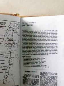 BIBLIE FOARTE FOARTE MICA , APROX 3 X 2 CM , LB ENGLEZA , COPERTA METAL