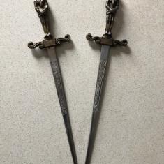 Pereche de sabii,miniaturale,spaniole,maner in forma de ostean,din bronz