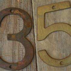 2 NUMERE VECHI CONFECȚIONATE DIN TABLĂ GROASĂ DE ALAMĂ - 3 ȘI 5 - NUMĂR DE CASĂ! - Metal/Fonta, Ornamentale