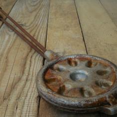 MATRIȚĂ / PRESĂ VECHE DIN ALUMINIU, FIER ȘI LEMN PT. PRĂJITURI ÎN FORMĂ DE NUCĂ! - Metal/Fonta