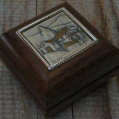 CUTIE MICĂ ȘI VECHE DE BIJUTERII - LEMN ȘI PLĂCUȚĂ DE ARGINT 925 - PEISAJ RURAL!