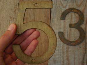 2 NUMERE VECHI CONFECȚIONATE DIN TABLĂ GROASĂ DE ALAMĂ - 3 ȘI 5 - NUMĂR DE CASĂ!