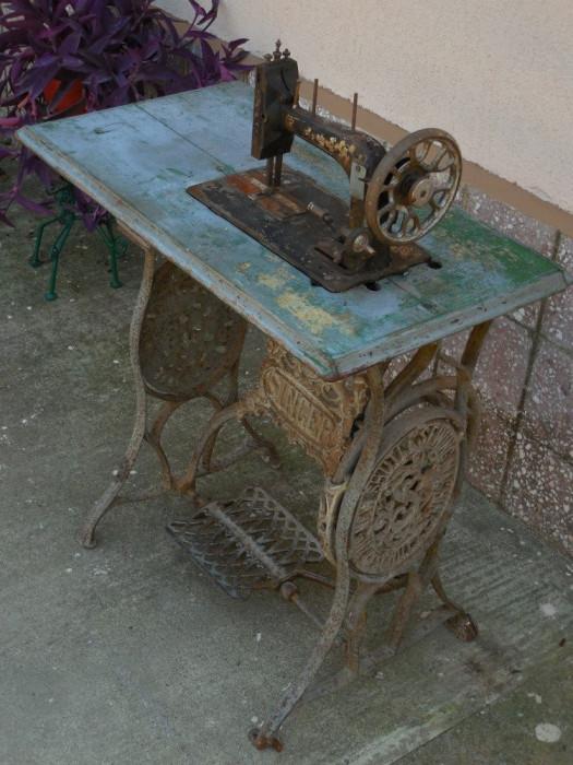 MAȘINĂ VECHE DE CUSUT MARCA SINGER - ANII 1900 - FONTĂ MASIVĂ, FIER ȘI LEMN!